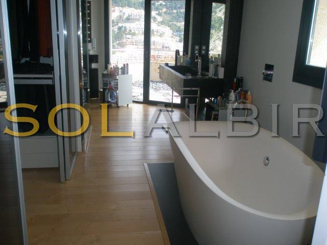 Big modern bathroom in suite