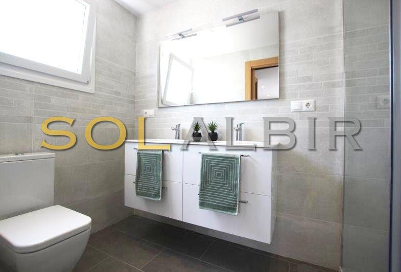 With bathroom en suite