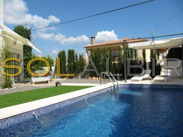 Lovely Garden with sunny pool