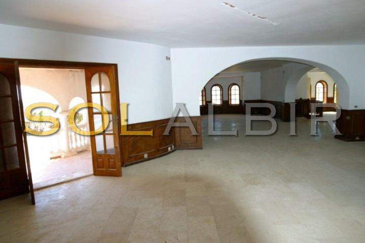 Big living room with different areas and acces to the terrace