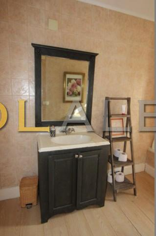 Another angle of the bathroom I