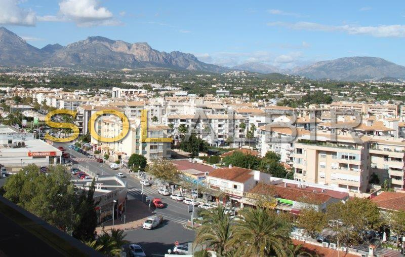 The busy main street of Albir
