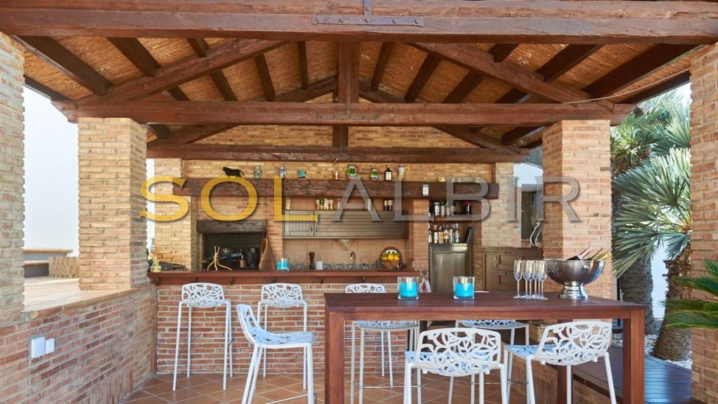 The outdoor bar & kitchen